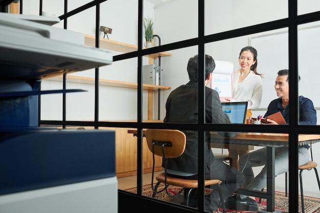 Travail d'équipe au bureau moderne