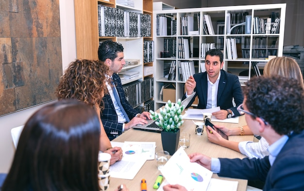 Travail d'équipe ayant une réunion sur la stratégie commerciale assis à table au siège de l'entreprise