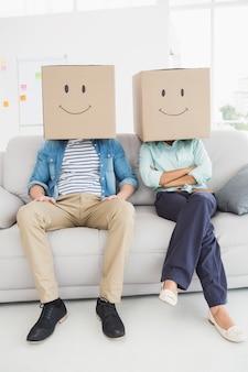 Travail d'équipe sur le canapé avec un visage souriant