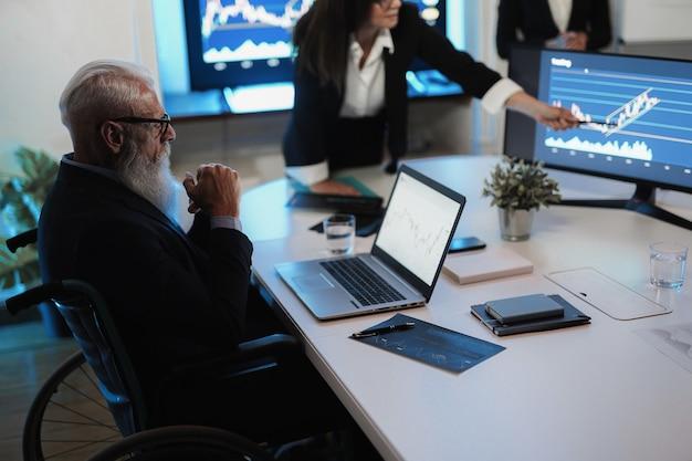 Travail d'équipe de commerçant faisant l'analyse de marché boursier à l'intérieur du bureau de fonds de couverture