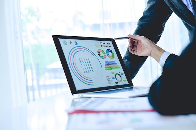 Travail d'équipe commercial et commercial travailler à la réunion et les affaires en ligne.