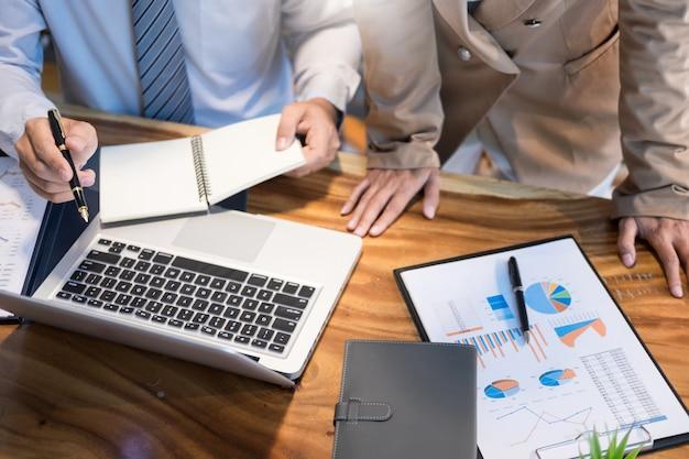 Travail en équipe démarrage du projet planification pour créer une excellente équipe de discussion réunion travaillant ensemble