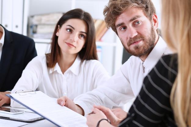 Le travail d'équipe discute des problèmes au travail