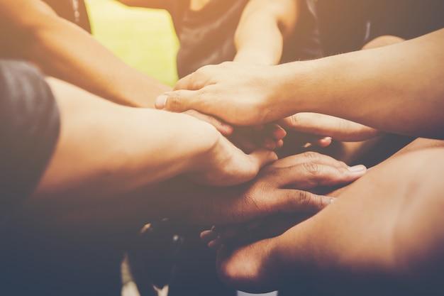 Le travail d'équipe des entreprises se joignent ensemble. concept de travail en équipe commerciale