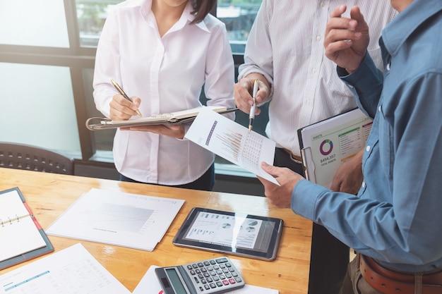 Travail d'équipe des hommes d'affaires discutant du plan d'affaires au bureau