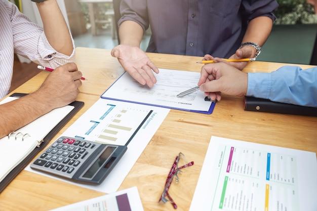 Travail d'équipe des hommes d'affaires discutant du plan d'investissement dans le bureau