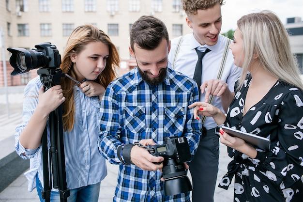 Travail d'équipe idées dans les coulisses discussion sur la caméra brainstorming concept de photographie