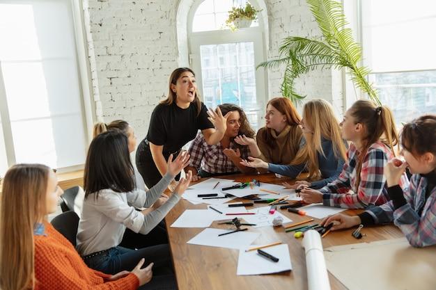 Travail d'équipe jeunes discutant des droits des femmes et de l'égalité au bureau