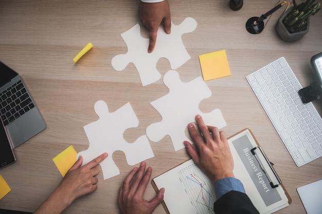 Travail d'équipe. jeunes gens d'affaires créatifs travaillant avec un nouveau projet de démarrage dans un loft moderne. démarrage de business team meeting ideas concept
