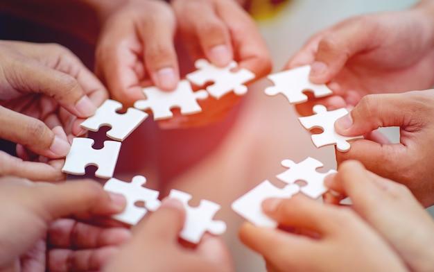 Travail d'équipe, mains et gabarit saw unite with power est une bonne équipe de gens qui réussissent concept de travail d'équipe