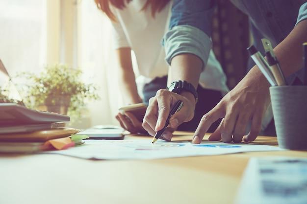 Le travail d'équipe nous aide à sélectionner les meilleures informations. pour apporter aux clients à utiliser dans un travail réussi. concept de travail de qualité, effet vintage.