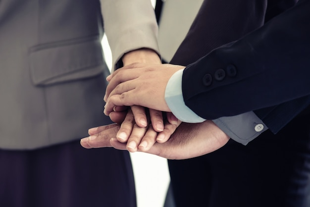 Travail d'équipe de partenaires multiethniques, équipe unir la main