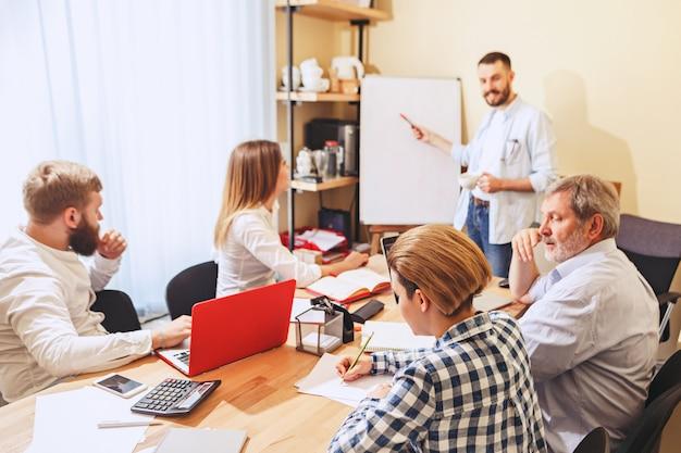 Travail d'équipe. photo de jeunes entrepreneurs travaillant avec un nouveau projet au bureau