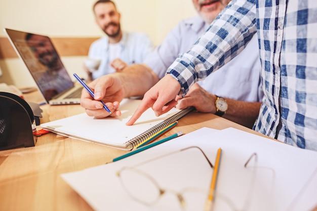 Travail d'équipe. photo de jeunes hommes d'affaires travaillant avec un nouveau projet au bureau