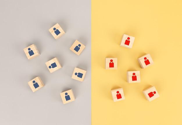 Travail d'équipe pour les affaires avec les concurrents commerciaux. icône de l & # 39; entreprise sur un bloc en bois de cube
