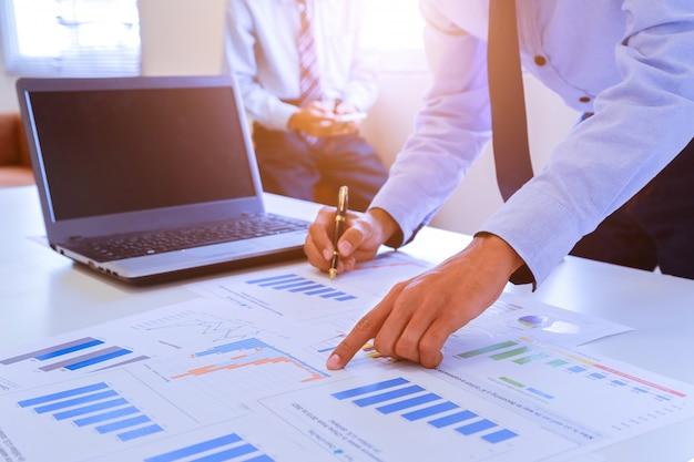 Travail d'équipe pour discuter des idées et planifier le récapitulatif des bénéfices dans la salle de réunion.