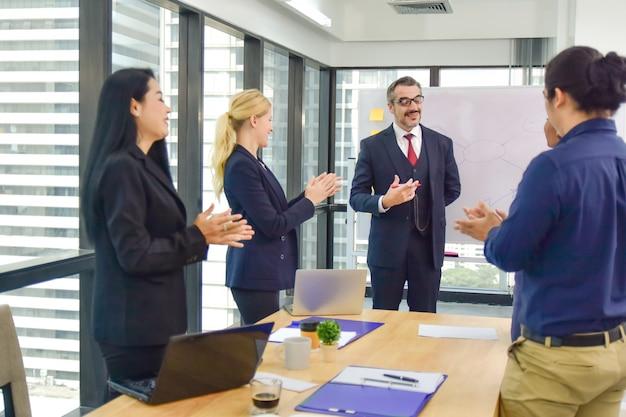 Travail d'équipe réunion d'un groupe de travail pour la réussite du plan de marketing