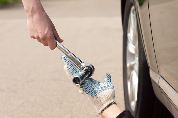 Travail d'équipe en tant que mécanicien réparant une voiture en panne