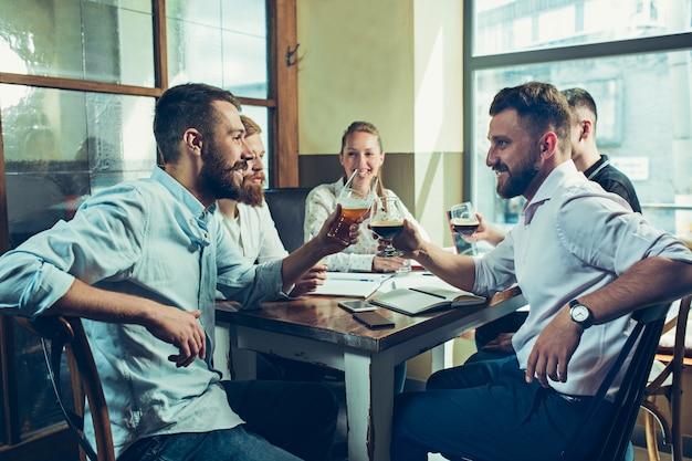 Travail d'équipe tout en relaxant au pub.