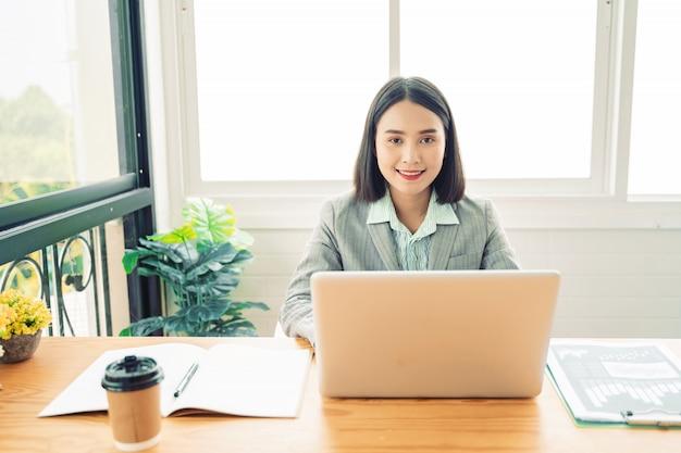 Travail de femme d'affaires par des appareils modernes