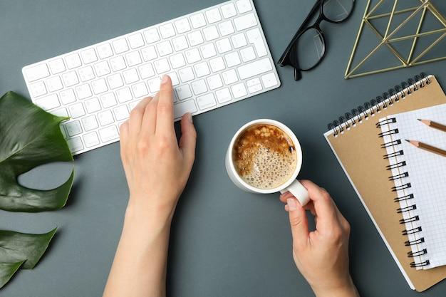 Travail de fille à l'ordinateur