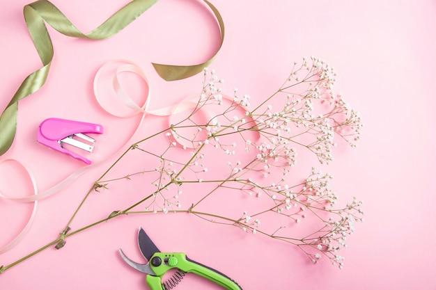 Le travail d'un fleuriste professionnel pour créer des bouquets