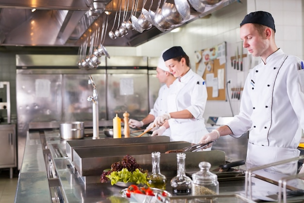 Travail d'un groupe de chefs dans un restaurant de luxe.