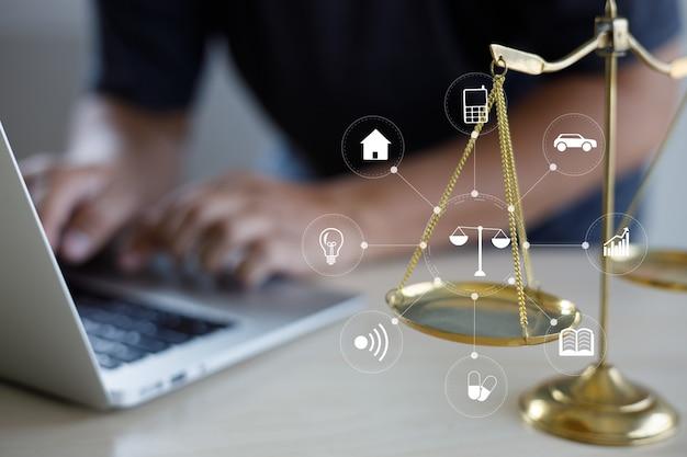 Travail de l'homme des conseils juridiques en ligne sur le droit du travail informatique entreprise entreprise de conseil juridique concept de service