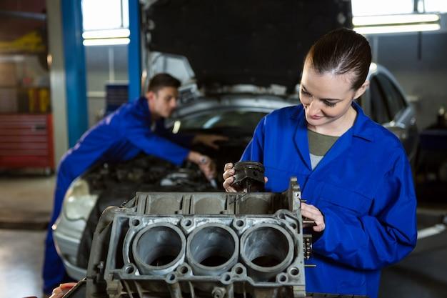Travail mécanique femme sur le moteur