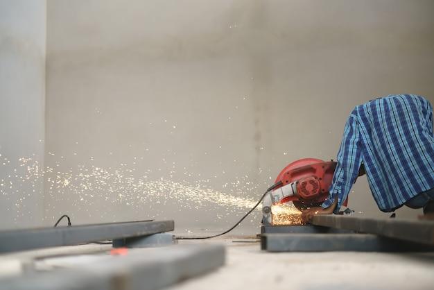 Travail ouvrier coupant le métal de ligne c