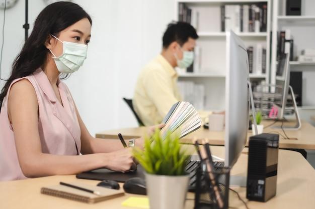 Travail professionnel au bureau avec mise en quarantaine de distance sociale de masque facial pendant covid19 affect