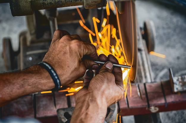 Travail professionnel machiniste a vu la machine ou la coupe des métaux travaillant dans le travail des métaux f