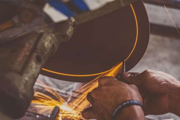 Travail professionnel de machiniste a vu la machine ou le découpage en métal