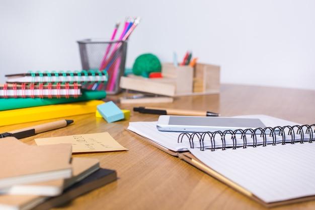 Travailler, apprendre, étudier à la maison, prendre des notes dans le bloc-notes. étudiant, éducation, rester à la maison, collège, concept universitaire