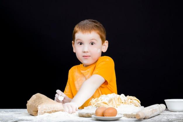 Travailler dans la cuisine avec de la farine de blé
