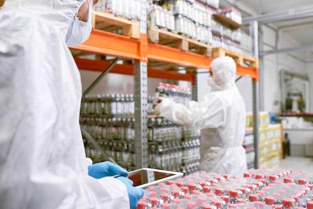 Travailler dans l'entrepôt de l'usine alimentaire