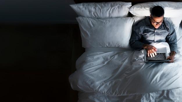 Travailler dans le lit