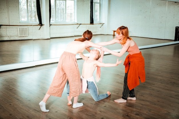 Travailler sur une danse. deux étudiants d'une école de danse à l'air occupé tout en travaillant sous une nouvelle danse dans le studio