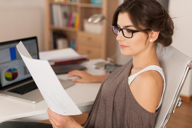 Travailler dur au bureau à domicile