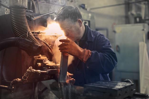 Travailler dur dans une usine