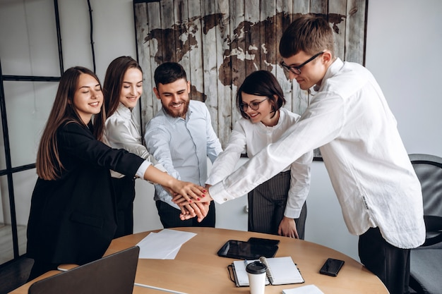 Travailler ensemble. une équipe amicale de gens d'affaires, joignant leurs mains, en est un.