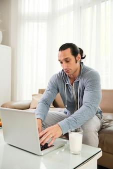 Travailler en ligne sur un ordinateur portable