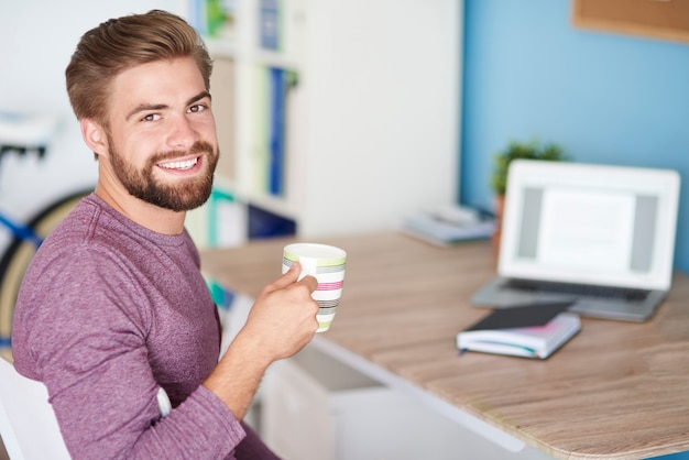 Travailler à la maison et boire du bon café