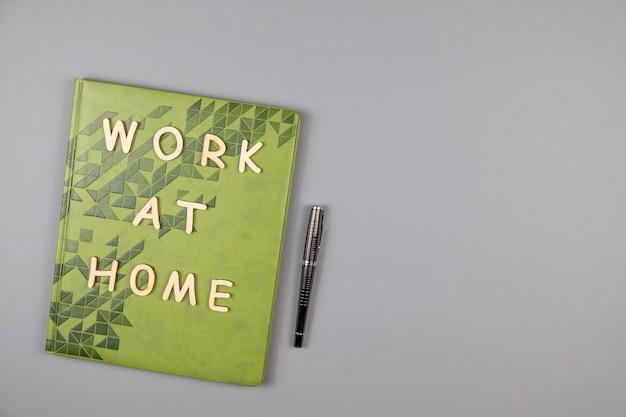 Travailler à la maison des mots écrits par des lettres en bois