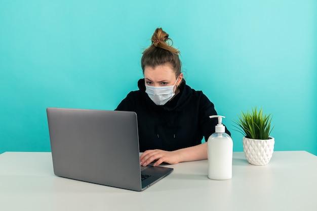 Travailler à la maison sur l'ordinateur de manière isolée.