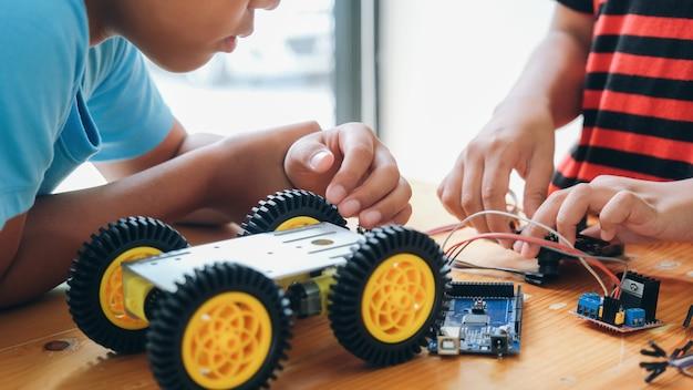 Travailler sur le modèle de voiture à la main, la construction sur électronique.