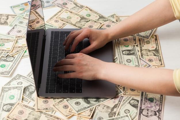 Travailler sur un ordinateur portable coûte des dollars
