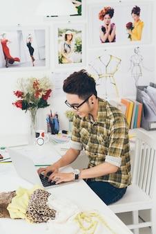 Travailler sur un ordinateur portable