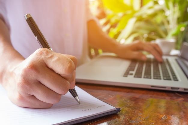 Travailler avec un ordinateur portable.