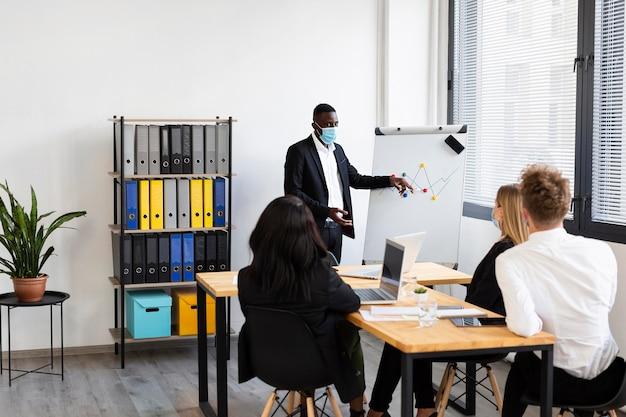Travailler pendant covid au concept de bureau